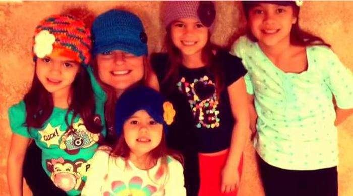 Після смерті подруги жінка стала виховувати чотирьох дочок (6 фото)