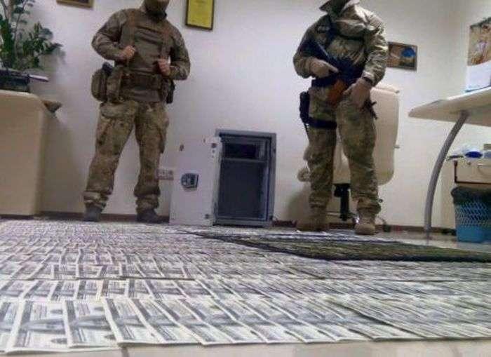Заступник генпрокурора України Давид Сакварелідзе опублікував фото грошей, знайдених в ході обшуків в прокуратурі (4 фото)