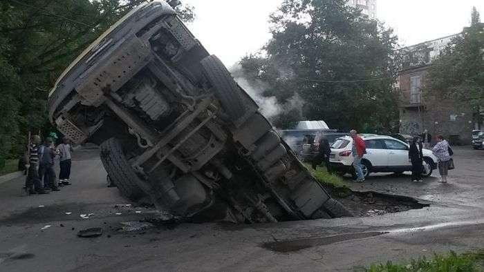 У Санкт-Петербурзі вантажівка з асфальтом провалився у величезну яму на дорозі (3 фото)