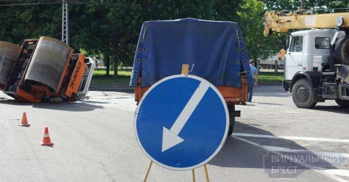 У Бресті під час руху перекинувся каток (13 фото)