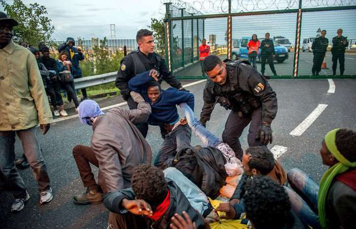 Нелегальні мігранти третій день штурмують Євротунель в надії потрапити у Великобританію (20 фото)