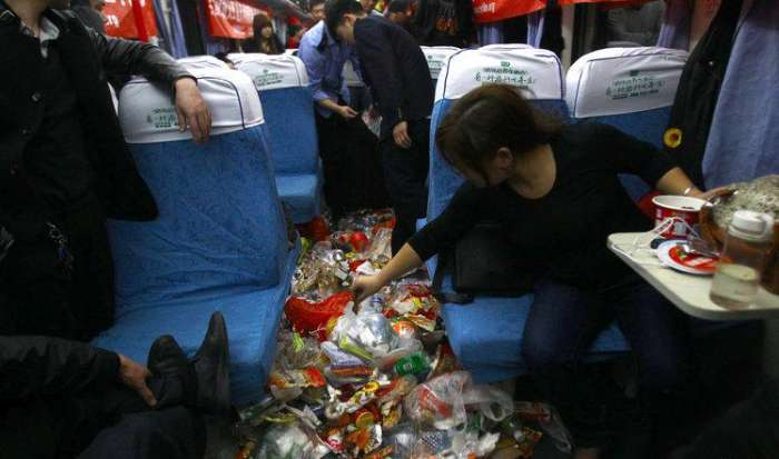 Так виглядає типовий вагон поїзда в святкові дні в Китаї (4 фото)
