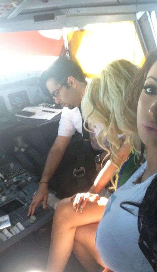 Пілот «Кувейтських авіаліній» в польоті розважався з колишньої порнозіркою Хлоєю Хан (3 фото)