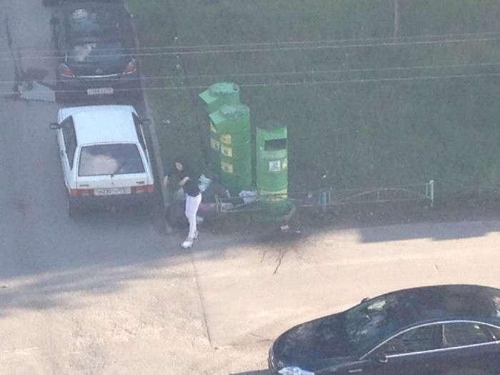 У Санкт-Петербурзі контейнер збору речей для малозабезпечених привернув заповзятливу даму (6 фото)