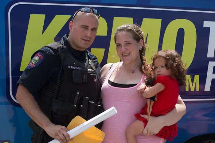 Поліцейський допоміг жінці, яку він повинен був арештувати за злодійство (5 фото)