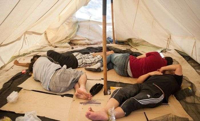 Нелюдські умови життя біженців в Греції (8 фото)
