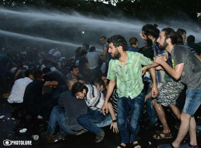 У Єревані відбулися сутички між поліцією і демонстрантами, які протестують проти підвищення цін на електроенергію (14 фото + відео)