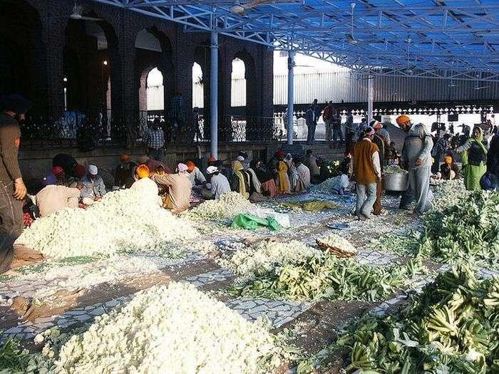 Безкоштовна їдальня Золотого Храму сикхів в Амрітсарі (12 фото)