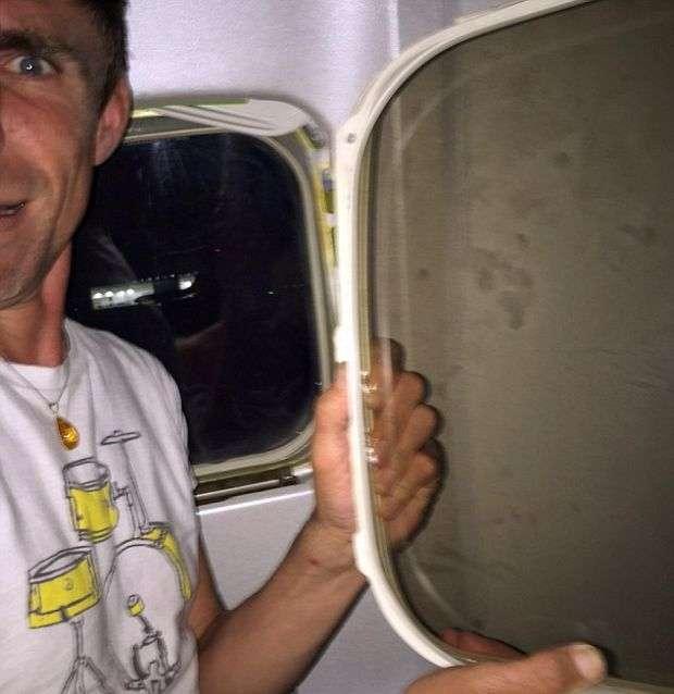 Віконна рама ілюмінатора літака впала на коліна пасажира (2 фото)