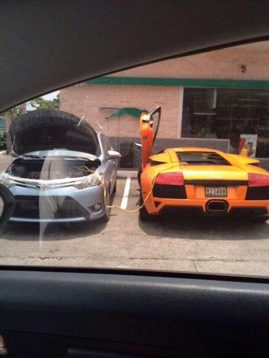 Toyota Yaris допомогла суперкару Lamborghini Murcielago (3 фото)