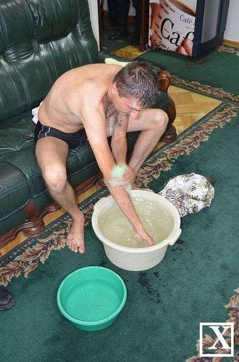 Мешканець Луцька помився в сесійній залі міськради (4 фото)