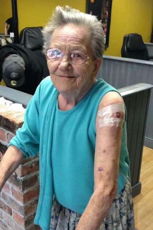 В Ірландії пенсіонерка втекла з будинку пристарілих, щоб зробити собі тату (3 фото)