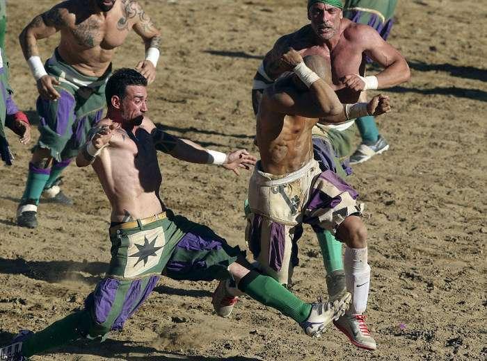 Флорентійський кальчо - жорстокий прабатько футболу і регбі (27 фото)