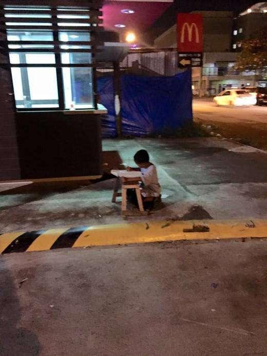 Бездомний філіппінський хлопчик, любить вчитися, отримав державну допомогу завдяки звичайним фото (4 фото)