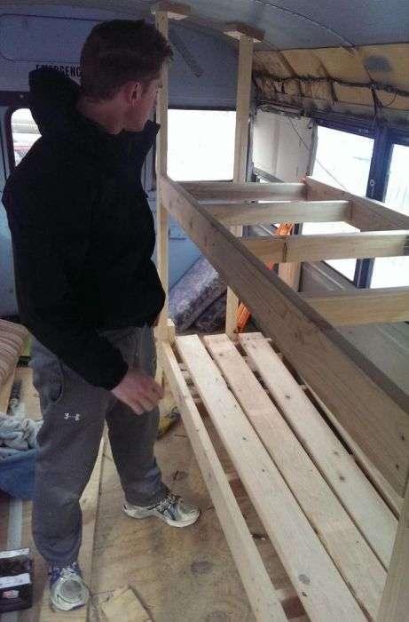 Випускники коледжу побудували крутий будинок на колесах на базі шкільного автобуса (30 фото)