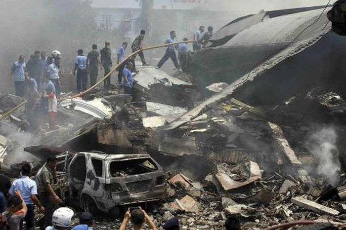 В Індонезії військово-транспортний літак впав на готель і житлові будинки