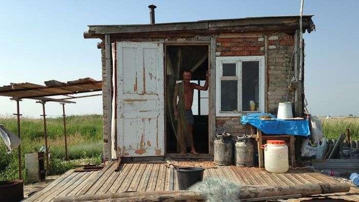 В гостях у добровільного вигнанця, що живе на безлюдному острові (16 фото)