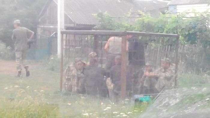 Пяних військовослужбовців української армії посадили в клітку-витверезник (2 фото + відео)