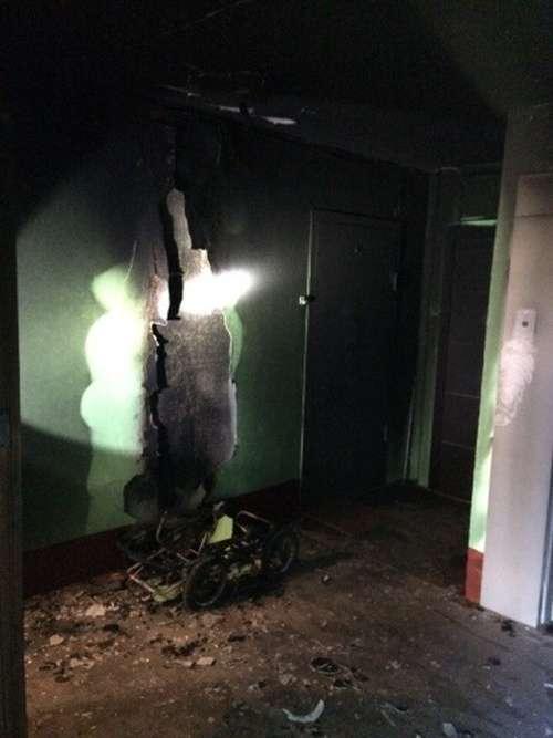 Колектори підпалили дитячу коляску в підїзді будинку, де мешкає боржник (3 фото)