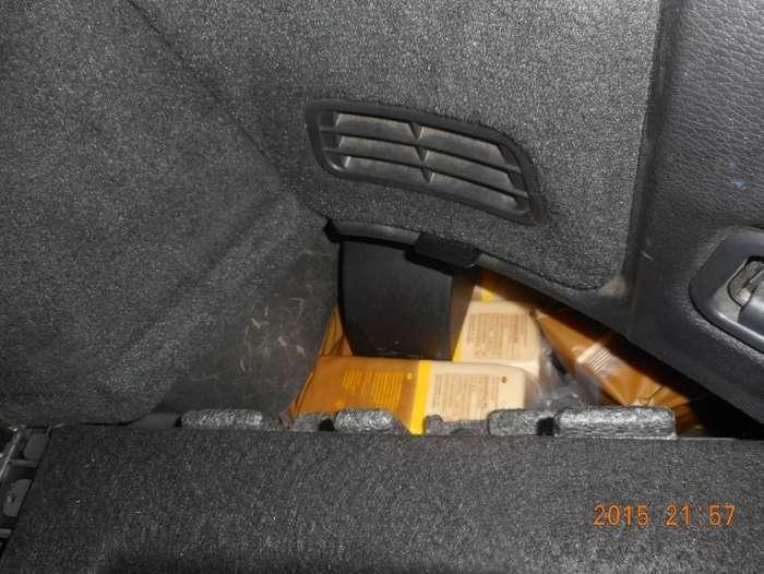Петербуржець сховав мясну, рибну і молочну продукцію з Фінляндії під капотом і в запасному колесі авто (4 фото)