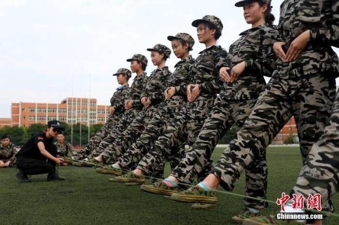 Військова підготовка студентів в китайському коледжі (7 фото)