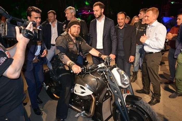 Російський мотоцикл «Вовк» виявився кастомних версією італійського байка Moto Guzzi (6 фото)