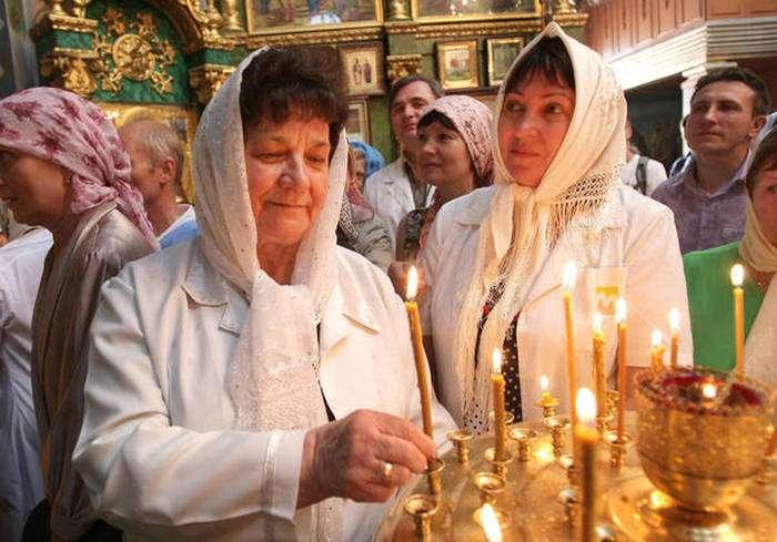 Медпрацівники Сімферополя освятили свої халати (9 фото)
