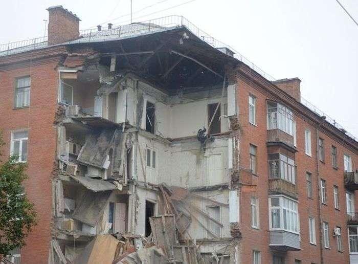 У Пермі зясовують причини обвалу підїзду 5-поверхового будинку (15 фото)