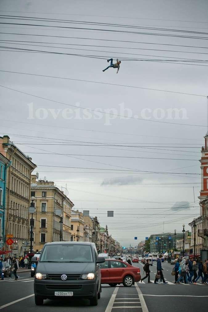 Пітерський екстремал на руках перетнув Невський проспект по оптоволоконним кабелях (4 фото + відео)