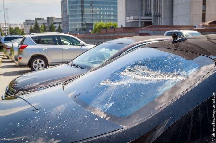 У Єкатеринбурзі людина з арматурою пошкодив машини біля будівлі законодавчих зборів (8 фото)