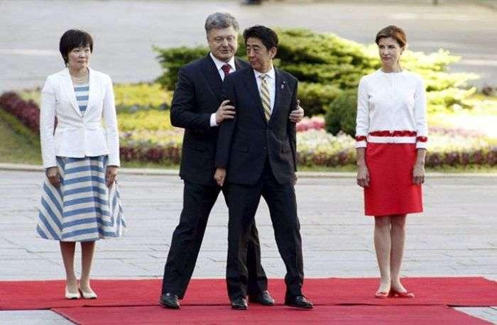 Незрозумілі дії Петра Порошенко на зустрічі з премєр-міністром Японії (3 фото)