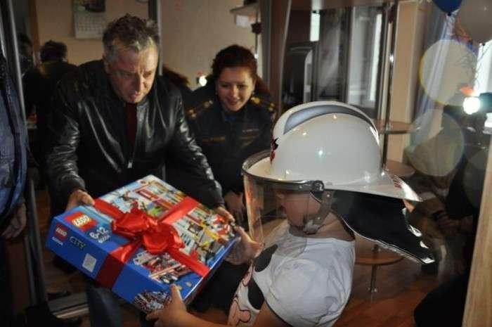 У Петропавловську-Камчатському пожежні привітали з Днем народження 7-річного хлопчика Льоню (9 фото)