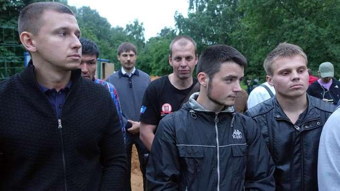 У московському парку «Торфянка» йде протистояння між прихильниками і противниками будівництва храму (39 фото)