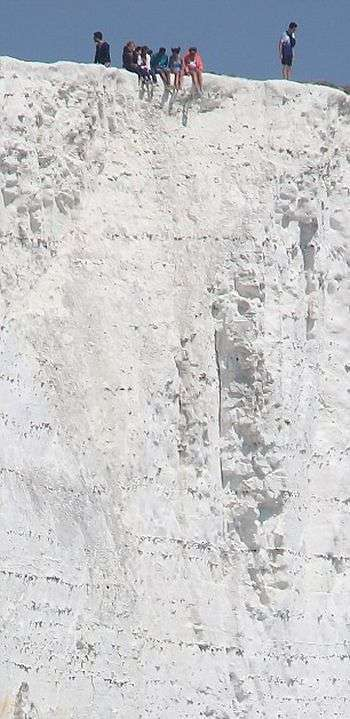 Безстрашні підлітки сіли на край крейдового скелі на березі Ла-Маншу (3 фото)