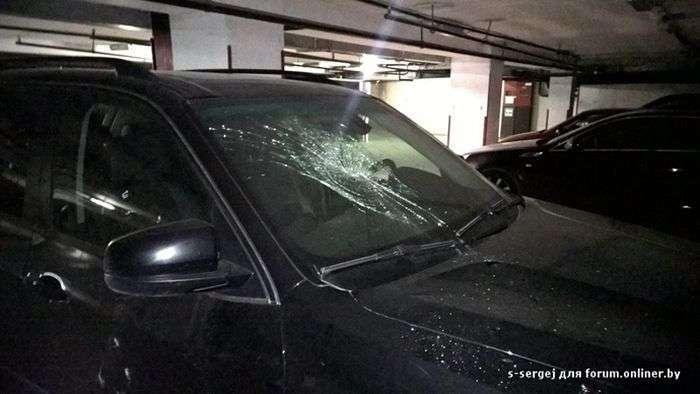 Ревнива дівчина помилково розбила чужий автомобіль (3 фото)