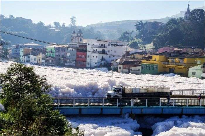 Річка Тиете викидає густу піну на вулиці Сан-Паулу (5 фото)
