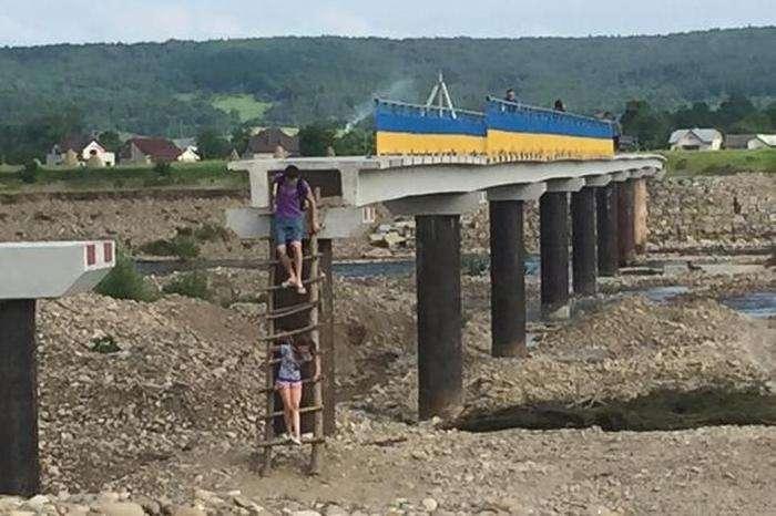 В Івано-Франківській області люди змушені експлуатувати недобудований міст (4 фото)