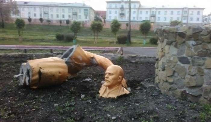 У Кемеровській області нетверезий чоловік зламав памятник Леніну в спробі зробити селфи (3 фото)