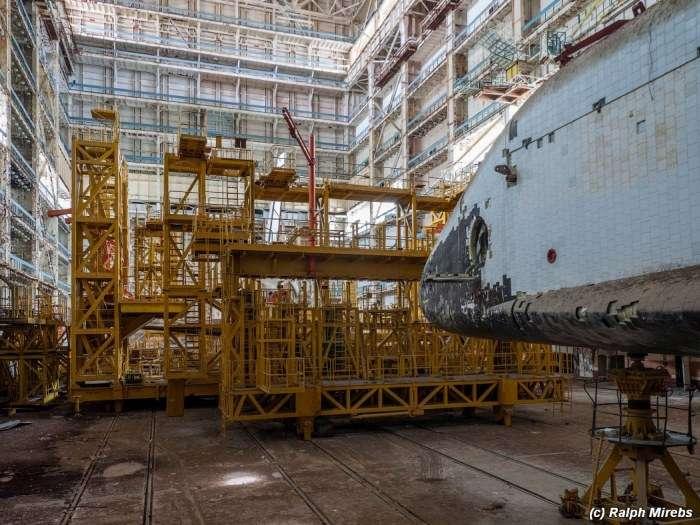 Занедбані радянські шатли на космодромі Байконур (29 фото)