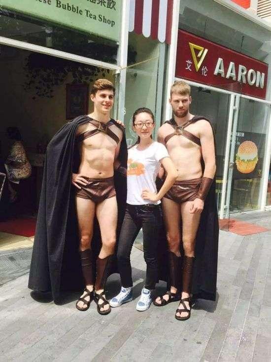 Пекінська поліція заарештувала 100 чоловіків у костюмах давніх спартанських воїнів (12 фото)