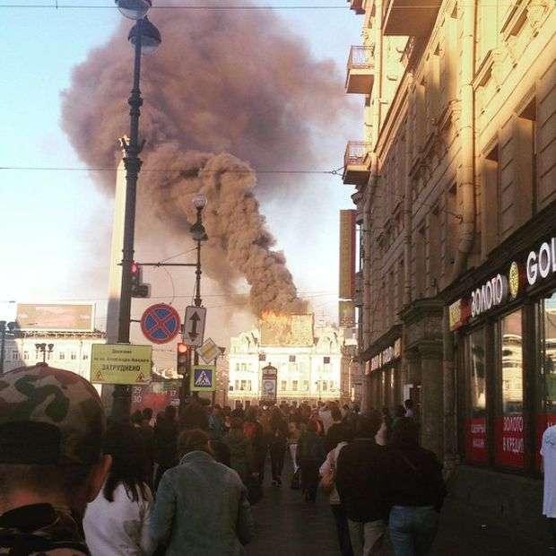 У Санкт-Петербурзі згоріло рекламне табло (3 фото)