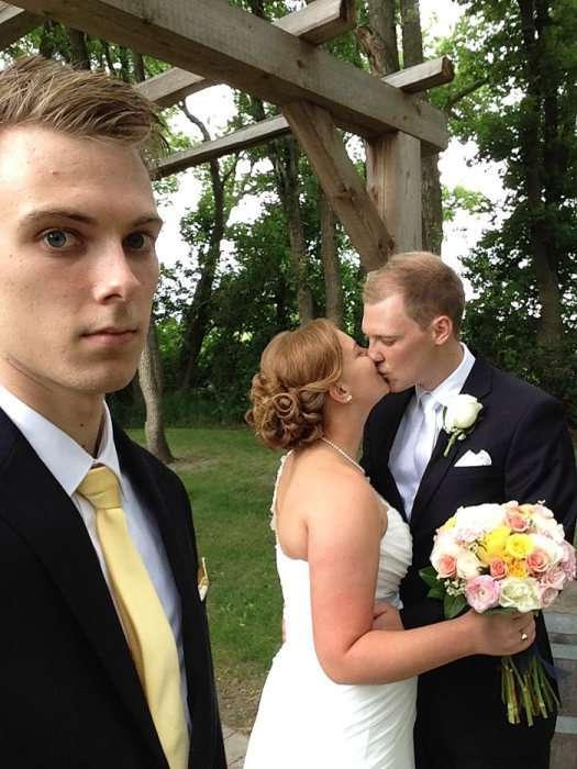Хлопець протягом трьох років фотографувався на тлі свого кращого друга і його дівчини (9 фото)