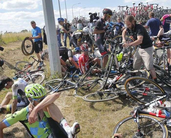 На третьому етапі велогонки «Тур де Франс» відбувся масовий завал (13 фото + відео)