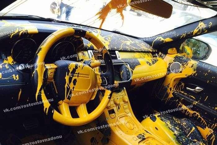 У Ростові-на-Дону зловмисники облили фарбою салон кросовера Range Rover Evoque (7 фото)