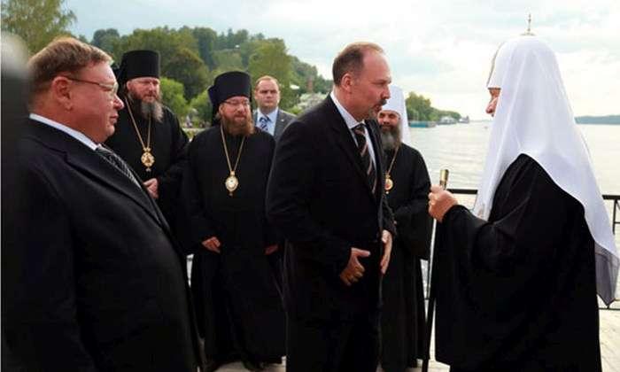 Патріарх Кирило приплив у місто Плесо на новій яхті (5 фото)