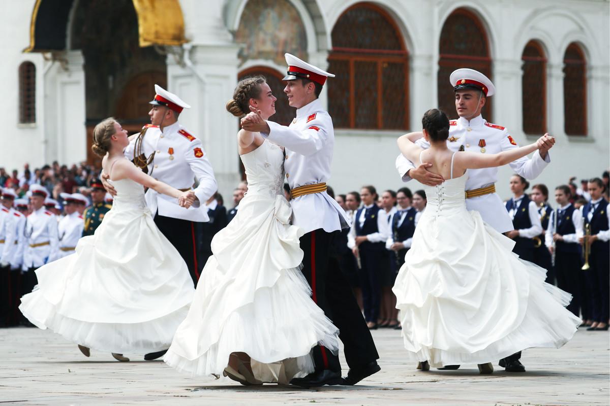 Как российские школьники и студенты отпраздновали выпускной в 2019 году