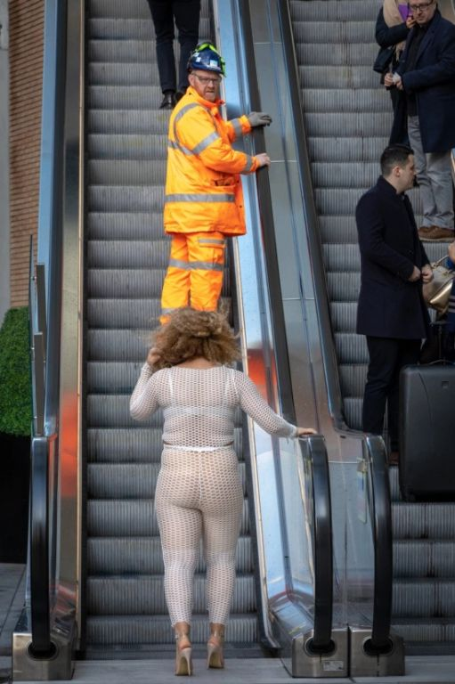 Британка Лу Муссингтон решила проверить откровенный наряд Интересное