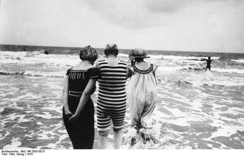 Крайние меры, на которые мужчина шел в 1914 году, чтобы посмотреть на мокрую в облипку женщину