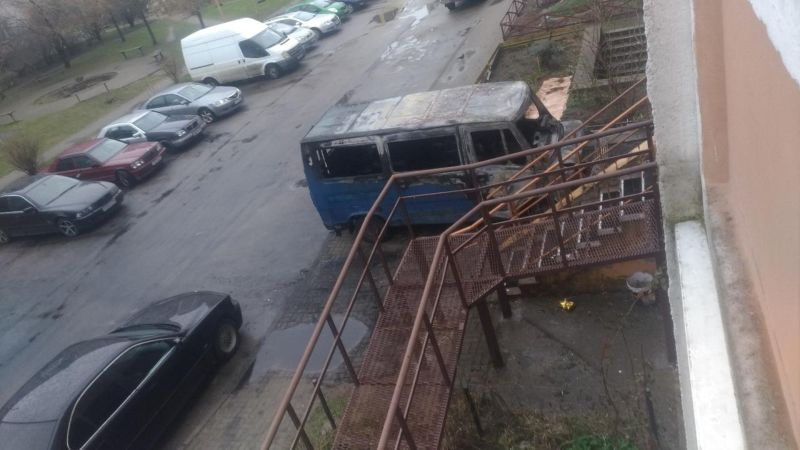 В Калининграде микроавтобус-камикадзе загорелся и впилился в подъезд МиР