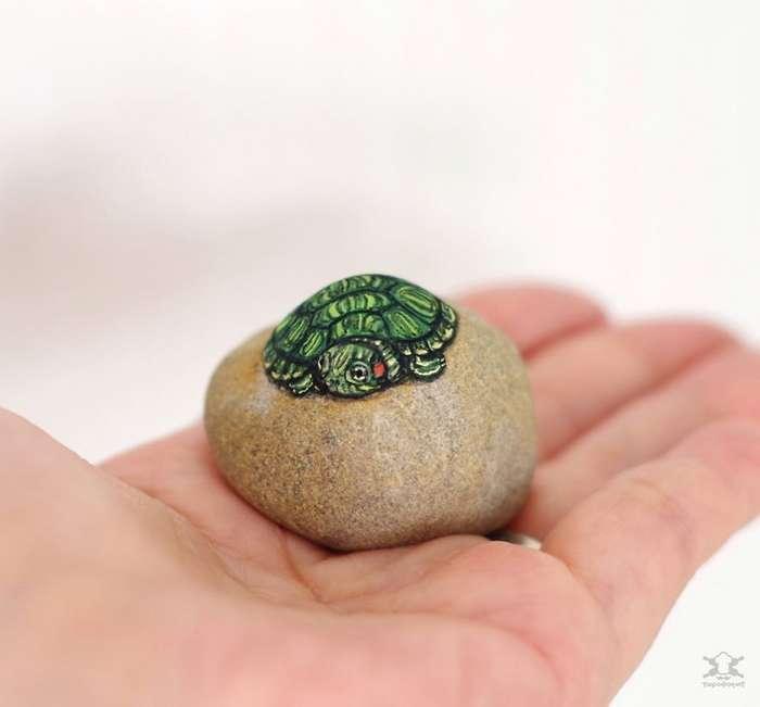 Японская художница оживляет камни, рисуя на них невероятно реалистичных животных Интересное